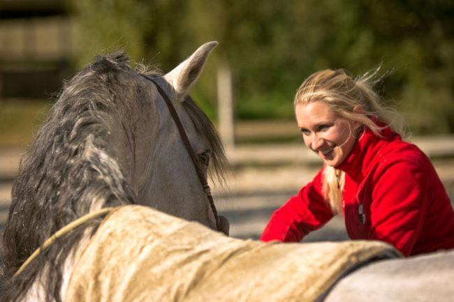 Viktoria Bergér Liegen Zirzensik Bosal Reiten ohne Sattel